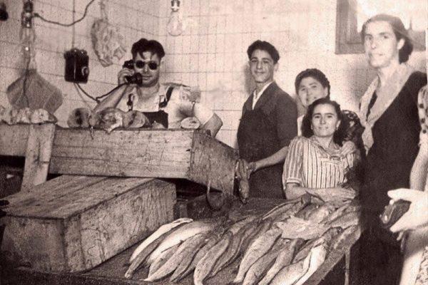 Pescaderia Cayetano cogiendo pedidos , foto antigua